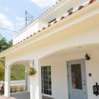 真っ白な漆喰が青空に映えるペットと暮らす家